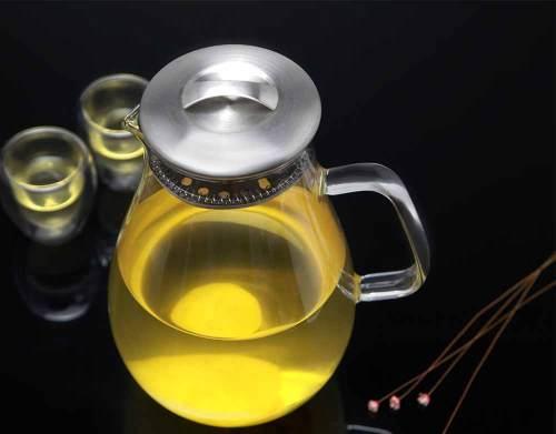 Schicke Wasserkaraffe aus Glas mit Edelstahldeckel