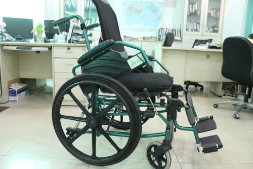 观察者第一款独立操作平躺式手推轮椅