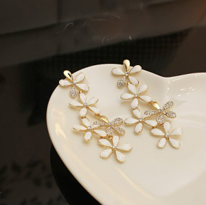 Pair Bohemia Style Gold Plated white/black glazed Rhinestone Edging Flower Ear Stud