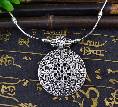 N-5912  Women Vintage Jewelry Classic Necklace Antique Silver Plated Metal Alloy Carved Round Pendant Necklace