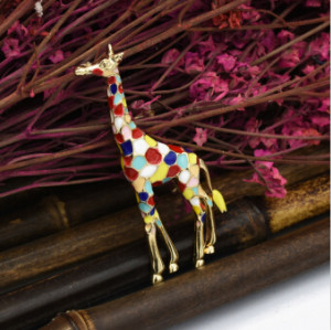 P-0429 Enamel Giraffe Brooches for Women Cute Animal Brooch Pin Fashion Jewelry Gold Color Gift For Kids Exquisite Brooches