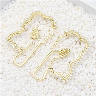 E-5496 Golden Hollow Face Pearl Novelty Ladies Earrings Party Earrings