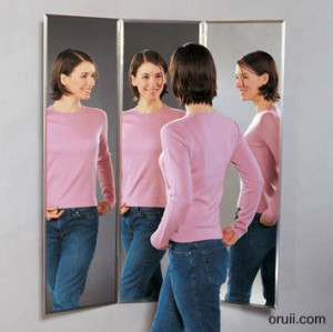 над дверью зеркало