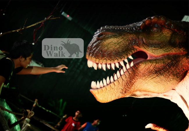 Outdoor animatronic t-rex giro