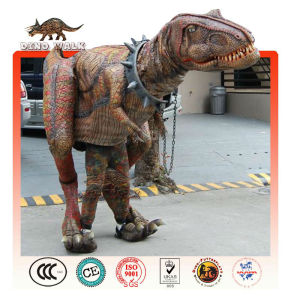 アニマトロニクスの恐竜の衣装を歩く
