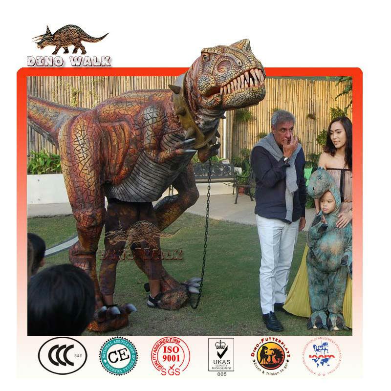 ティラノザウルスレックス衣装を歩く