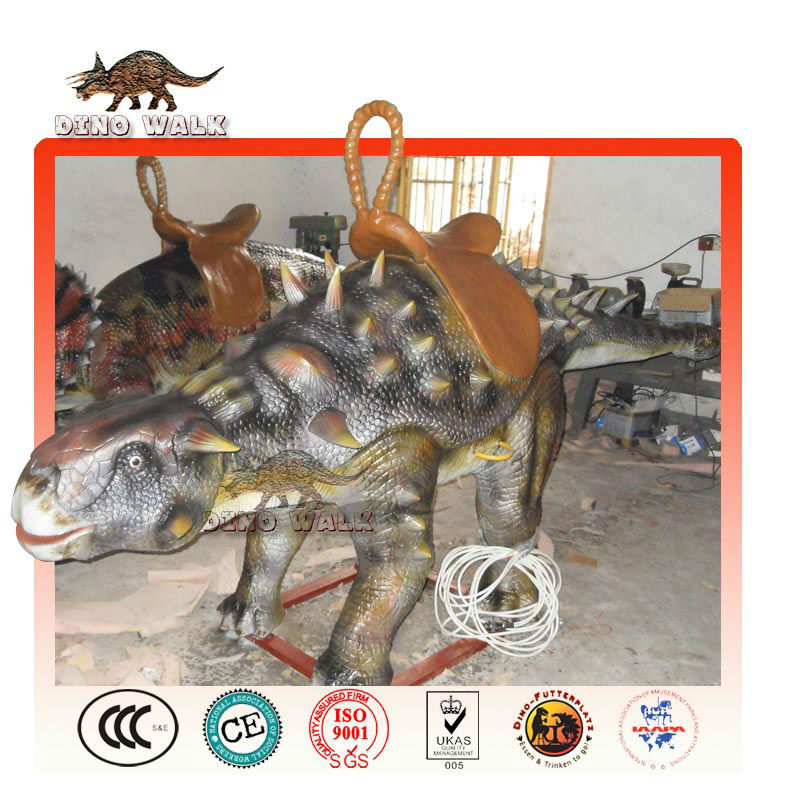 動物の乗り物を歩く- アニマトロニクスankylosaurus