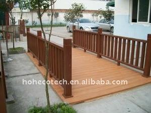 Le decking composé en plastique en bois facilement d'installation et de bas wpc d'entretien couvre de tuiles le decking en plastique composé