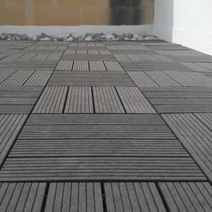 Balcón casero que entrelaza la teja compuesta de madera de la cubierta de la base plástica