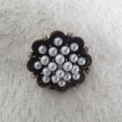 Broche de perlas con forma de flor