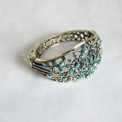 [Free Shipping] Hollow-out  Fashion Alloy Bracelet With Flower Pattern