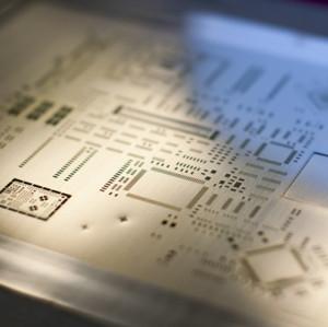 Трафарет для пайки на печатной плате и печатный станок для трафаретной печати