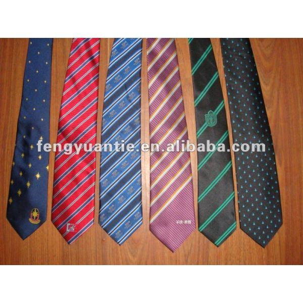 ピンクは絹によって編まれた注文のロゴの絹製ネクタイを点検した