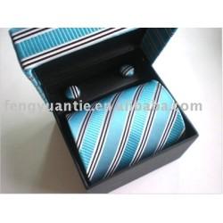 la cravate en soie populaire a placé avec des boutons de manchette