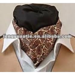 usage en soie rouge de cou de cravate de foulard d'ascot de Paisley
