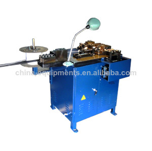 clip coloré faisant la machine