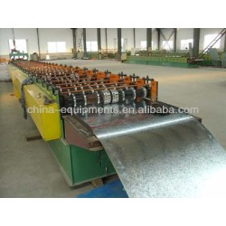 Des tôles d'acier ondulé de la machine