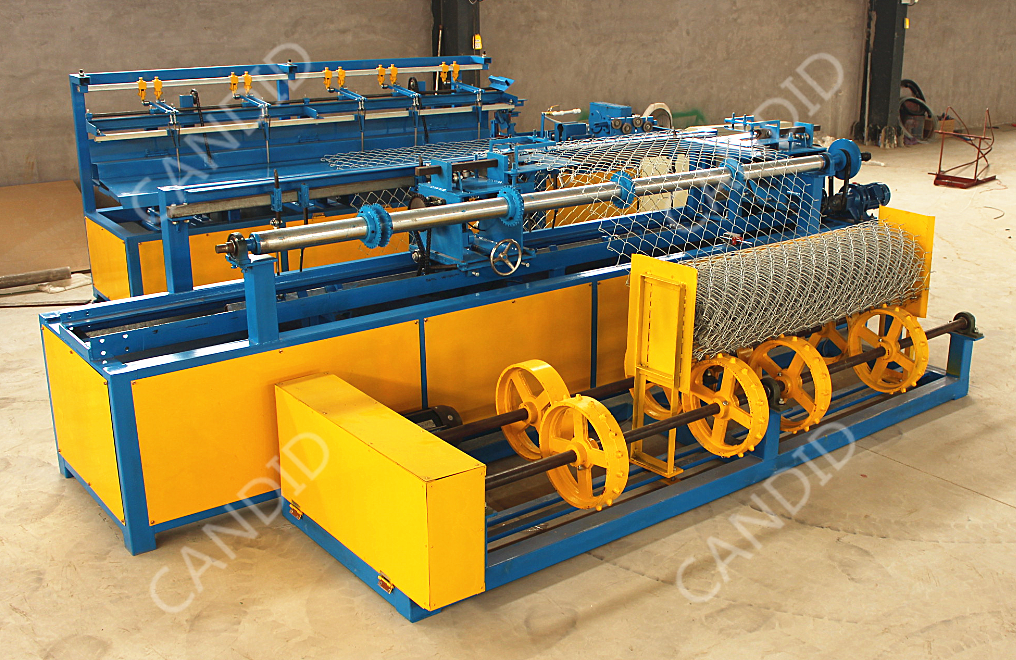Single wire chain link fence netting machine