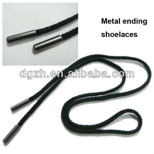 flache schwarze schnürsenkel mit metall beednigung befestigung