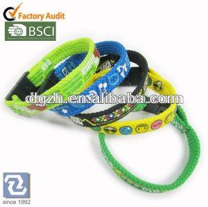 Armbänder im Gummiband, elastische Handgelenkbügel des Druckens