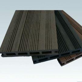 De color marrón oscuro la cubierta de madera