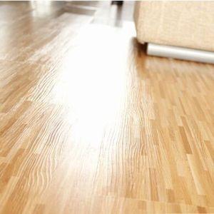 Textura de madera tranquila bajo pie suelo de PVC tablón