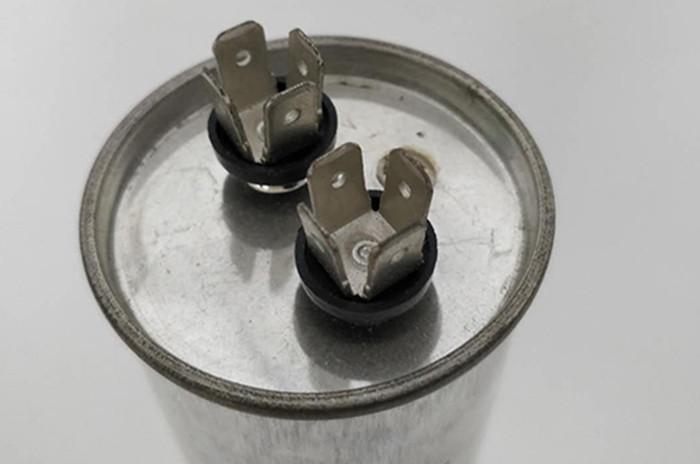 مكثف كهربائي الألومنيوم اثنين من المسامير