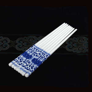 Factory price personalized chinese blue porcelain ceramic chopsticks wedding souvenirs gift set