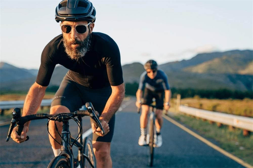 the factors to consider when choosing the right cycling clothing