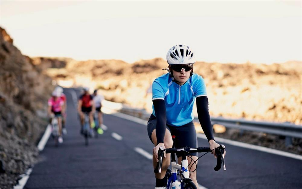 the characteristics of different fabrics for cycling clothes