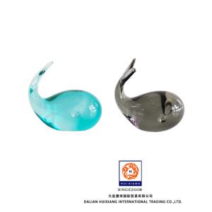 Estatuilla vívida de ballena de vidrio transparente multicolor