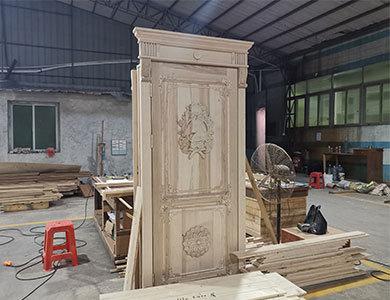 باب من الخشب الصلب