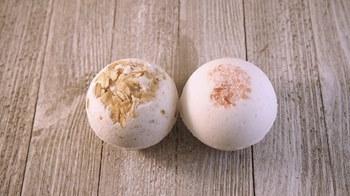 Fleurs d'ingrédients naturels et bombe de bain faite à la main de sel.