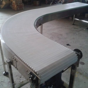 Curve conveyor system with modular belt for packing machine