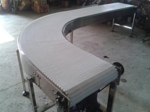 Конвейерная система с модульной лентой для упаковочной машины