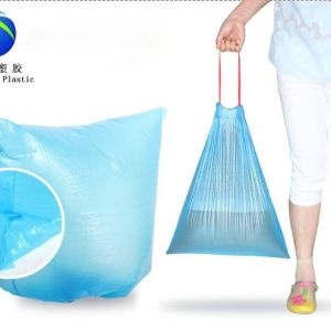 Plastikwegwerfkordelzug-Abfalltaschen in der Rolle