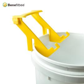 Ventas al por mayor Muti-Fuction Apicultura Equitment Plastic Honey Tank Pail Perch Stand Soporte