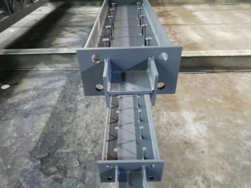 采用钢梁与钢柱强轴连接的钢制格构柱