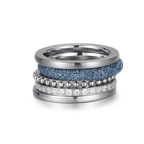 Pila de anillos de acero inoxidable con polvo mineral azul