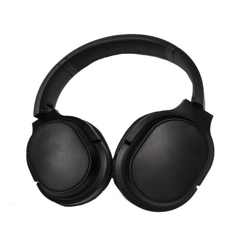 Hersteller von großen Ohrenschützern tragen bequeme Geräuschreduzierungsköpfe und tragen Bluetooth-Kopfhörer