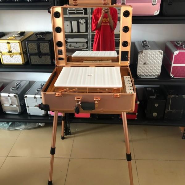 高档产品便携式推拉铝合金化妆盒行李箱带灯带声音化妆师