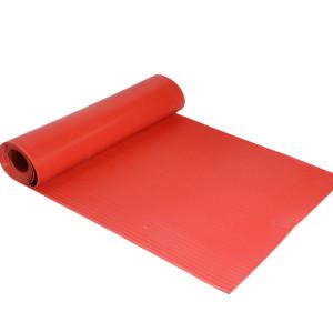 Лежа на земле черный красный зеленый резиновый коврик