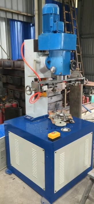 Máquina de sellado y rizado de tubos de papel