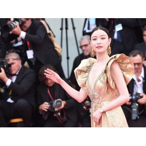 Ni Ni's embroidered gold dress appeared on the red carpet, and the elegant atmosphere is full of oriental beauty.