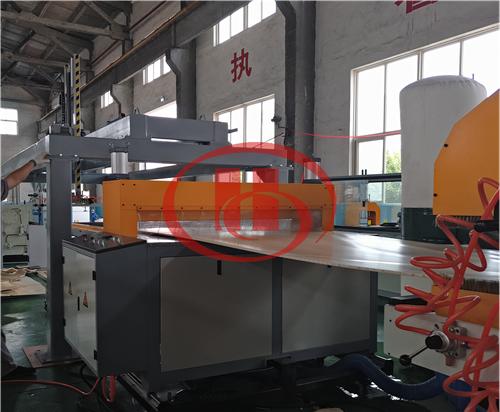 Length cutting for WPC foam board machine