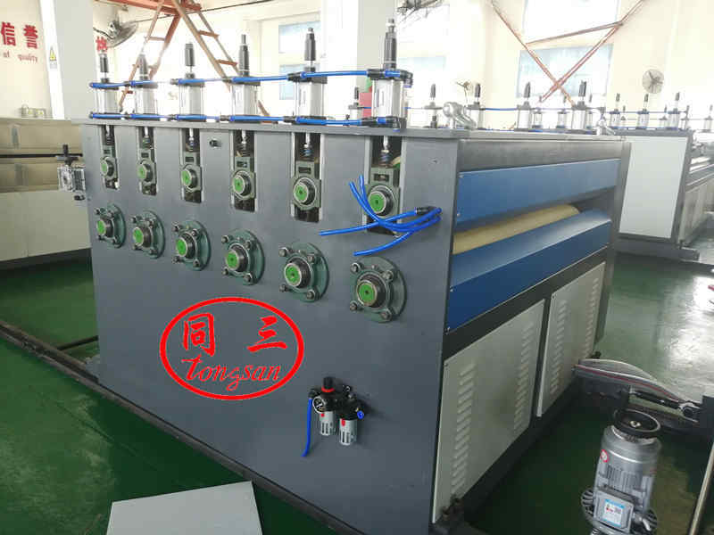Haul off device for PP corrugated sheet machine