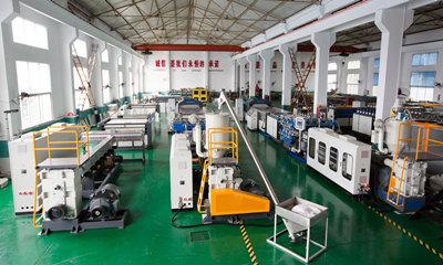 Quelle est la composition de la machine de fabrication de tôles ondulées creuses en plastique?