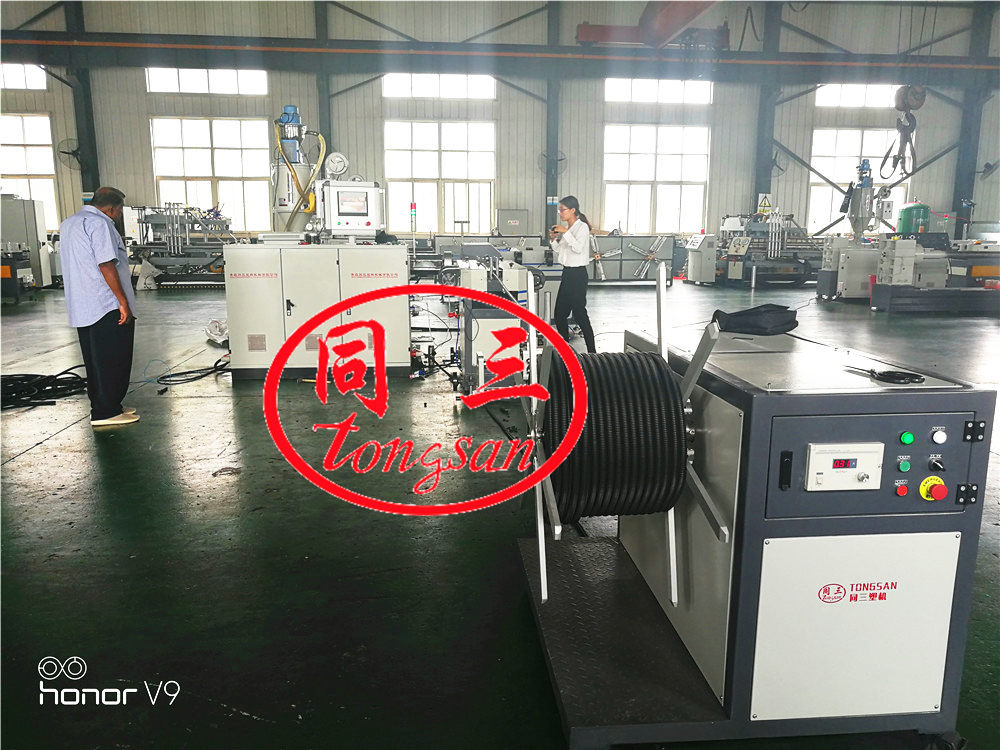 corrugated pipe machine with steel wire feeding device