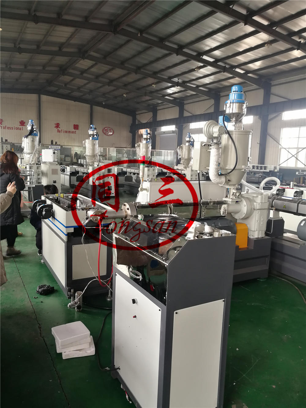 how to feed steel to the corrugated pipe ?