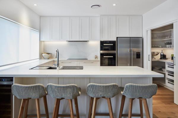 Los fabricantes de gabinetes de cocina de madera maciza diseñan opciones de gabinetes agitadores con buena calidad